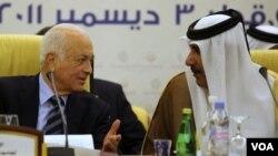 Perdana Menteri dan Menlu Qatar Hamad bin Jassin bin Jabr Al-Thani (kanan) berbicara dengan Sekjen liga Arab Nabil al-Arabi dalam rapat Komite Koordinasi Arab di Doha (3/12).