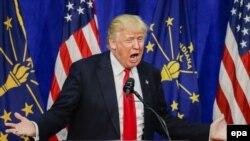 រូបឯកសារ៖ អ្នកជំនួញ និងបេក្ខជនប្រធានាធិបតីគណបក្សសាធារណរដ្ឋលោក Donald Trump ស្វាគមន៍អ្នកគាំទ្ររបស់លោក នៅខណៈដែលលោកបានមកដល់ដើម្បីនិយាយនៅក្នុងយុទ្ធនាការឃោសនាបោះឆ្នោតមួយនៅឯមជ្ឈមណ្ឌល Century Center ក្នុងក្រុង South Bend រដ្ឋ Indiana សហរដ្ឋអាមេរិក កាលពីថ្ងៃទី ០២ ខែឧសភា ឆ្នាំ២០១៦។