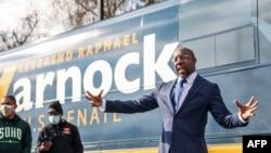 资料照:佐治亚州民主党联邦参议员候选人沃尔纳克 (Raphael Warnock) 1月5日对支持者讲话。