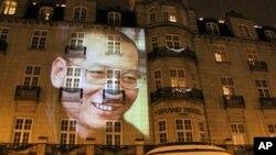 夜色下,劉曉波巨幅肖像出現在奧斯陸大酒店外牆(資料圖片)