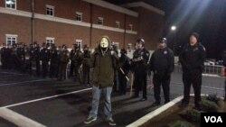 11月19日弗格森鎮一名戴面具示威者被警方逮捕。