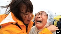 한국 진도 해역에서 침몰한 여객선 세월호 생존자 수색 작업이 급한 조류와 기상 악화로 어려움을 겪고 있는 가운데, 17일 실종자 가족들이 오열하고 있다.