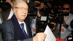 Presidential candidate and Nidaa Tounes party leader Beji Caid Essebsi casts his vote, during the first round of the Tunisian presidential election, in Soukra, Tunisia, Nov. 23, 2014.