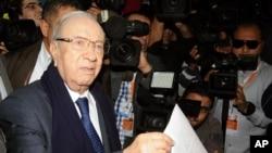 Dan takarar shugaban kasa Baji Caid Essebsi yana jefa tashi kuri'ar