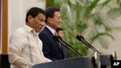 Tổng thống Philippines Rodrigo Duterte (trái) và Tổng thống Hàn Quốc Moon Jae-in tại cuộc họp báo ở Dinh Ngói Xanh, Seoul, ngày 4/6/2018.