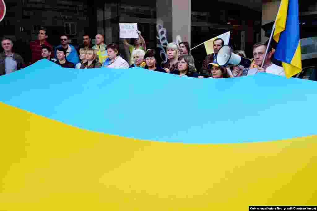 Лісабон. Посольство Росії Організатори кажуть, люди зібрались щоб привернути увагу до загрози, яку російський імперіалізм несе цивілізованому світу.