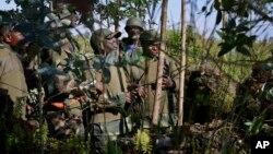 10月27日剛果政府軍將領在基布姆巴山附近討論進攻戰略