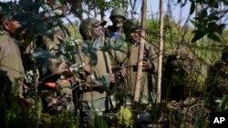 27일, 콩고 정부군 지휘관들이 반군 장악지역인 키붐바 언덕 인근에서 전략을 짜고 있다.