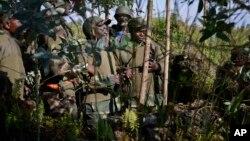 10月27日刚果政府军将领在基布姆巴山附近讨论进攻战略
