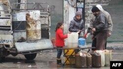 Venta de combustible en la ciudad de Idlib tras la entrada en vigencia del cese el fuego en Siria.