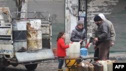Người dân Syria mua nhiên liệu trên một đường phố ở thành phố Idlib ngày 30/12/2016.
