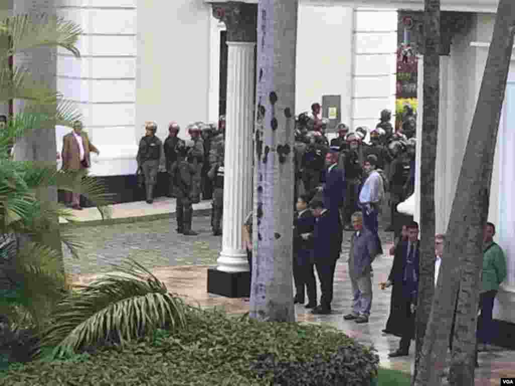 وینزویلا کے صدر نکولس مدورو کے درجنوں مسلح حامی بدھ کو پارلیمان کی عمارت میں گھس آئے اور حکومت مخالف ارکانِ پارلیمان اور اسمبلی کے ملازمین کو مار پیٹ کا نشانہ بنایا