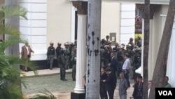 Más de 400 personas estuvieron atrapadas el miércoles varias horas en el hemiciclo del Palacio Federal Legislativo, sede de la Asamblea Nacional de Venezuela, cuando violentos grupos armados pro-gobierno asaltaron el complejo parlamentario.