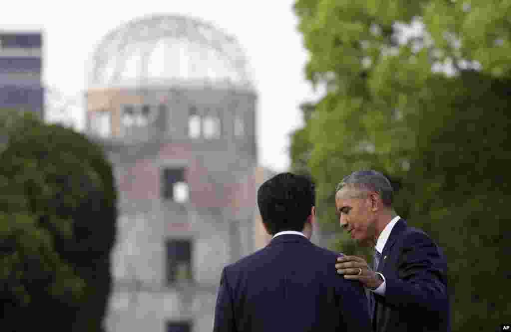 اوباما و شینزو آبه، نخست وزیر ژاپن در بنای یادبود قربانیان هیروشیما.