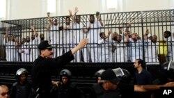 """""""Musulmon birodarlar"""" guruhi a'zolari sud zalida, Aleksandriya, Misr, 19-may, 2014-yil."""