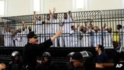 Những người ủng hộ Huynh đệ Hồi giáo và các phe phái Hồi giáo khác bị giam giữ vì những tội trạng khác nhau.