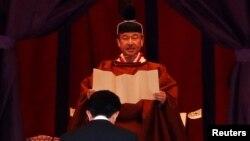22일 도쿄에서 열린 나루히토 일왕(뒤)의 즉위식에 아베신조 일본 총리(앞)가 참석했다.
