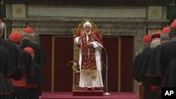 Paus Benediktus XVI memberikan salam perpisahan kepada para kardinal di Vatikan, sebelum mengakhiri jabatannya (28/2).