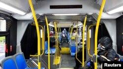 Para pelaju menjaga jarak aman di bus kota New York di tengah pandemi virus corona, di Kota New York, 22 April 2020.