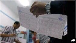 星期天突尼斯的選舉工作人員在清點選票