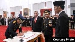 Presiden Jokowi melantik Marsekal Hadi Tjahjanto menjadi Panglima TNI menggantkan Jenderal Gatot Nurmantyo di Istana Negara Jakarta, Jumat 8/12. (Foto: Biro Pers Istana)