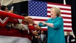 Hillary Clinton melakukan kampanye di sebuah SMA di Oxnard, California, Sabtu (4/6).
