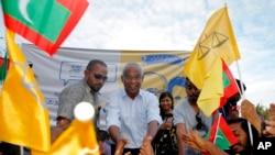 马尔代夫总统当选人同选民合影