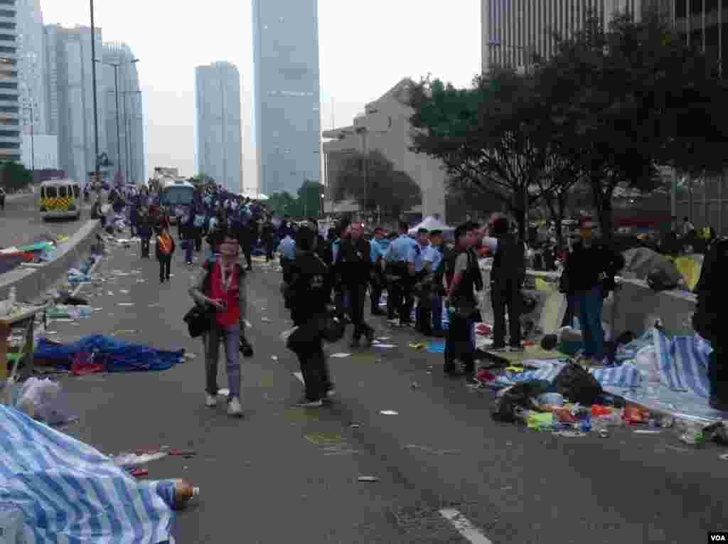香港警方12月11日全面清场金钟占领区(美国之音海彦拍摄)