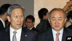 21일 국무회의에 입장하는 김관진 국방부 장관(왼쪽)과 류우익 통일부 장관.