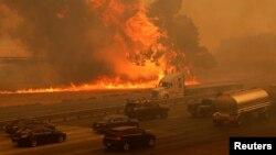 Vozila su zaglavljena na autoputu u blizini Vejkvila u Kaliforniji
