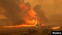 加州瓦卡維爾郊區80號洲際公路的交通8月19日直接受到野火的威脅。