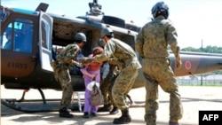 Một cư dân được giải cứu bằng trực thăng khỏi thị trấn Kiho bị cô lập bởi đường sá bị sụp đổ sau bão Talas, ngày 6/9/2011
