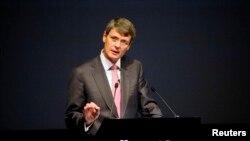 2013年7月黑莓行政长官海因斯在安大略省滑铁卢公司年度会上。