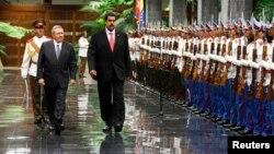 El presidente venezolano Nicolás Maduro pasa revista a la guardia de honor junto a su colega Raúl Castro, en La Habana.