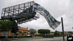 7일 허리케인 '매튜'의 영향권에 들어간 미국 플로리다주 노스팜비치의 대형광고판이 강풍에 훼손된 모습. 주민 대피령으로 상가 전체가 텅 비어있다.