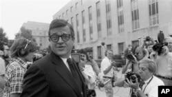 前尼克松白宫助理查尔斯·科尔森来到华盛顿的美国联邦地区法院听候妨碍司法罪的量刑宣判(1974年6月21日)。