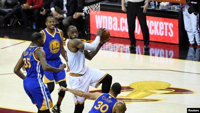 d7461ce84568 L attaquant des Cleveland Cavaliers LeBron James (23) face à Kevin Durant (