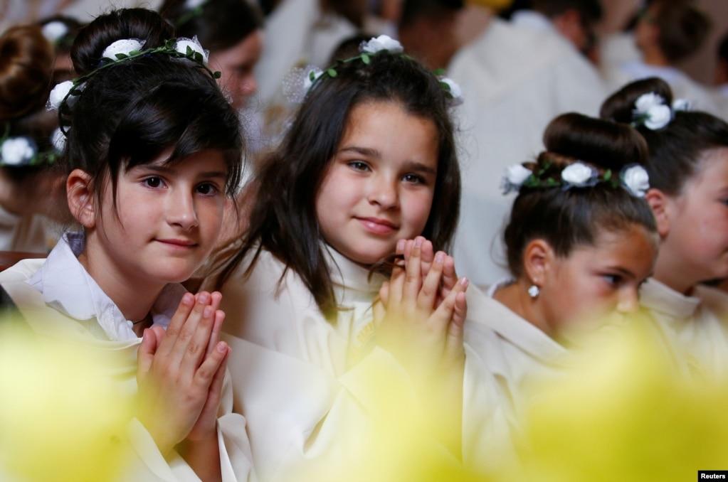Верующие ждут, когда Папа Франциск возглавит Святую Мессу с первым причастием в церкви Святого Сердца Иисуса в Раковском, Болгария.