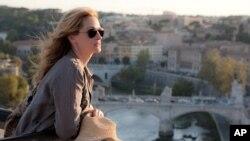 朱莉娅•罗伯茨在电影《美食、祈祷和爱》中扮演伊丽莎白•吉尔伯特