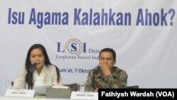 Ardian Sopa dan Dewi Arum, peneliti Lembaga Survei Indonesia di Kantornya (foto: VOA/Fathiyah Wardah)