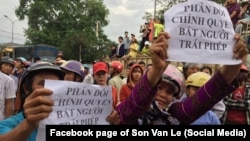 Người dân biểu tình phản đối vụ bắt nhà hoạt động Hoàng Đức Bình tại Diễn Châu, Nghệ An, ngày 15/5/2017.