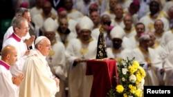 教宗在里約熱內盧大教堂內主持彌撒