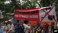 越南抗议者在中国驻河内大使馆前示威,抗议中国在有争议海域部署钻井平台。(2014年5月11日)