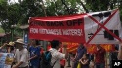 Biểu tình phản đối giàn khoan HD-981 bên ngoài Ðại sứ quán Trung Quốc tại Hà Nội, ngày 11/5/2014.
