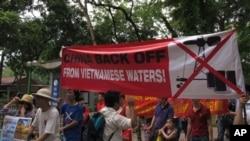 베트남의 수도 하노이 주재 중국대사관 앞에서 5월 11일 반중국 시위대가 영유권 분쟁 관련해 시위를 하고 있다.