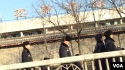 1月10日,北京国家信访局外面的警察。(美国之音叶兵拍摄)