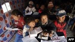 Các trường học ở những vùng của người Tây Tạng vẫn sử dụng tiếng Quan thoại và tiếng Tây Tạng song song với nhau