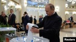 ولادیمیر پوتین رئیس جمهوری روسیه در حال انداختن رأی خود در مسکو، در انتخابات پارلمانی که روز یکشنبه ۲۸ شهریور ۱۳۹۵ برگزار شد.