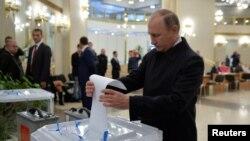 블라디미르 푸틴 러시아 대통령이 18일 모스크바의 총선 투표소에서 투표하고 있다.