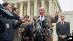2015年3月4日提出质疑的首席律师迈克尔·卡文(中心)在华盛顿最高法院外